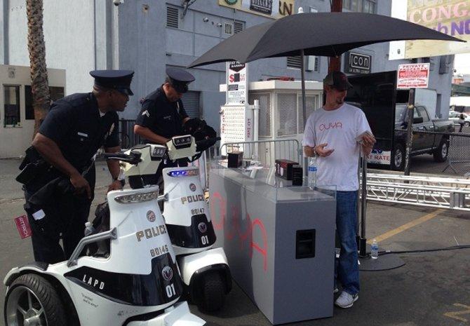 Die Polizei sollte den Ouya-Stand vor den Messehallen der E3 dicht machen. Ohne Erfolg.