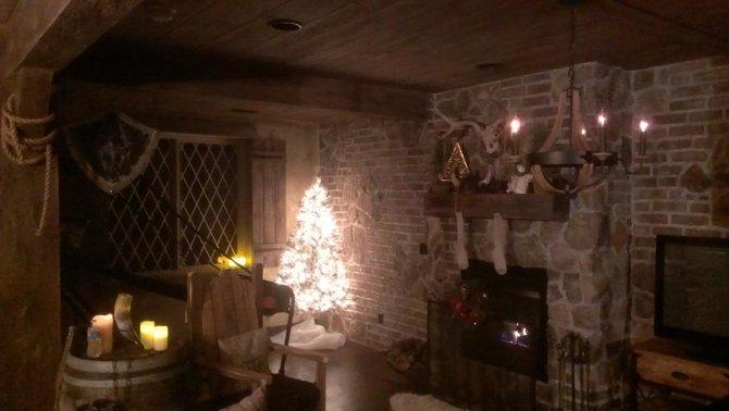 Weihnachtliche Stimmung im gemütlichen Skyrim-Keller.