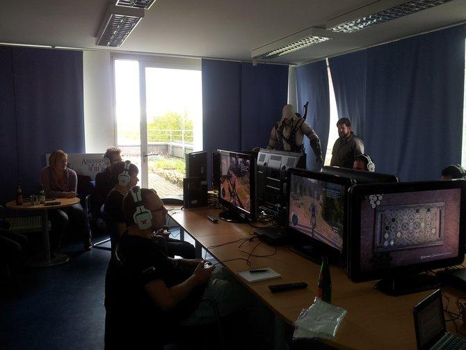 Dieser Aufsteller erwartet euch bei Ubisoft (rechts). Dort spielen in kleiner ...