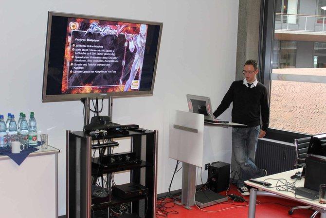 PR-Mann Marian Denefleh von Namco Bandai eröffnet den Tag mit Spiele-Präsentationen ...