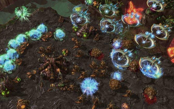 Eine Tempest-Armee greift einen Zerg-Stützpunkt an. Links seht ihr, wie die neuen Oracle-Einheiten die Mineralien der Zerg blockieren. Ob die Hydralisken-Armee ausreicht, um diese Attacke abzuwehren?