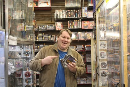 Vor dem sogenannten PlayStation Meeting, auf dem die PS4 gezeigt werden könnte, besucht Redakteur Sven ein berühmtes Spielegeschäft.