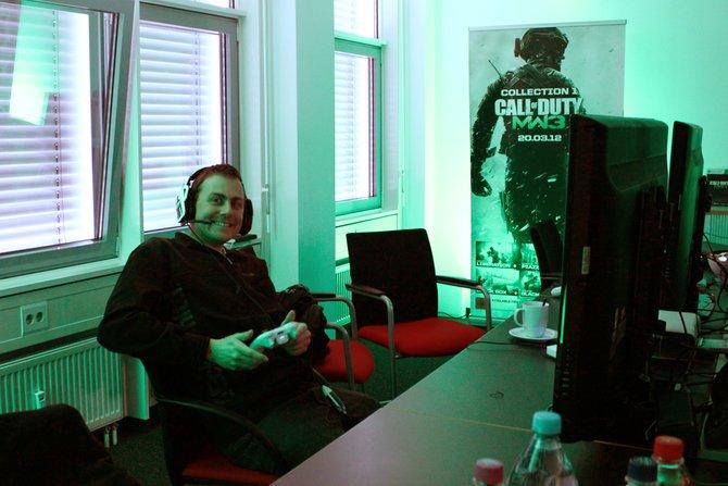 spieletipps-Redakteur Thomas beim ersten Probespiel der März-Inhalte.