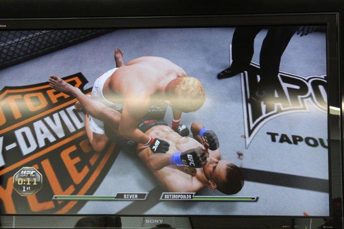 """Seid ihr mit eurem Kontrahenten in einen Bodenkampf verwickelt (links), setzt ihr mit einem Tastendruck eine """"Submission"""" an. Dann erscheint ein Minispiel auf ..."""