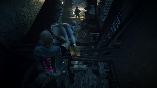 Die Leiche müsst ihr runterwerfen, um die Cops abzulenken.