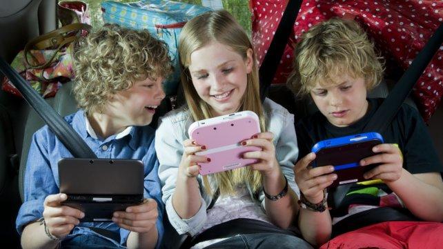 Selbstverständlich hält das Mädchen die rosa Variante des Nintendo Handhelds.