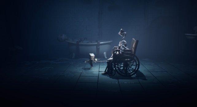 Den Rollstuhl könnt ihr nur dann bewegen, wenn sich die Puppe in der Dunkelheit erhoben hat.