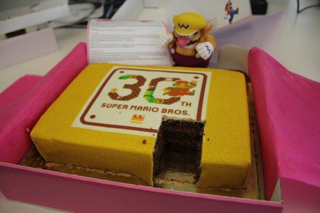 Die spieletipps-Redaktion feiert Marios Geburtstag mit einer würdigen Geburtstagstorte.
