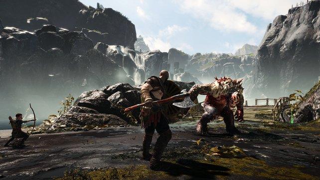 Die Leviathan-Axt im Einsatz. Links seht ihr Atreus, der fleißig im Kampf mitmischt.