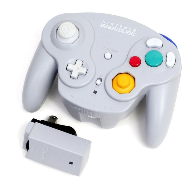 Der kabellose Wavebird-Controller kommuniziert mit Radiowellen. Beim NES Satellite nutzte Nintendo 1989 noch Infrarotsignale, um denselben Effekt zu erzielen.