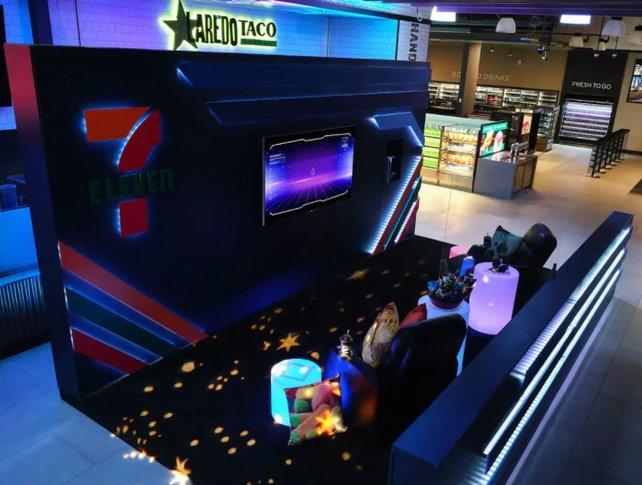Flatscreen, Snacks und PS5: Es ist alles da, um einen perfekten Gaming-Abend zu verbringen.