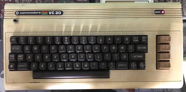 Sicher habt ihr schonmal von dem legendären Heimcomputer namens C64 gehört. Ihr dachtet, es ginge nicht noch primitiver als das? Gestatten, das direkte Vorgänger-Modell: Der Commodore VC20!