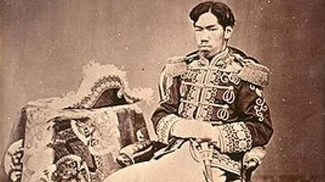 Der Tenno Meiji, dem die neue Ära ihren Namen verdankt, auf einem Foto von 1873. Seine Uniform ist bereits vom Westen inspiriert.