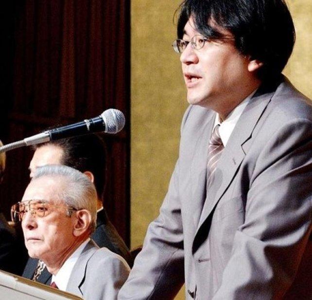 Ende Mai 2002 übernimmt Satoru Iwata (1959-2015) das Präsidentenszepter von Hiroshi Yamauchi (1927-2013). Hier beäugt der Patriarch mit dem ihm eigenen Argwohn den Mann, den er sich als seinen Nachfolger ausgeguckt hat.