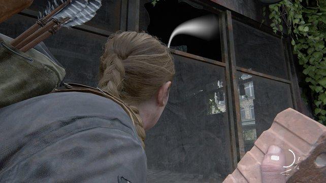 Nutzt einen Stein und werft ihn durch das offene Fenster, um die vielen Infizierten dahinter abzulenken und das Element der Überraschung zu nutzen.