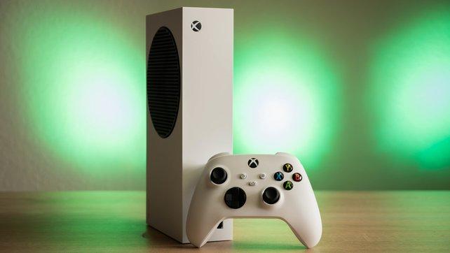 Die Front der Xbox Series S samt dem Controller in Weiß.