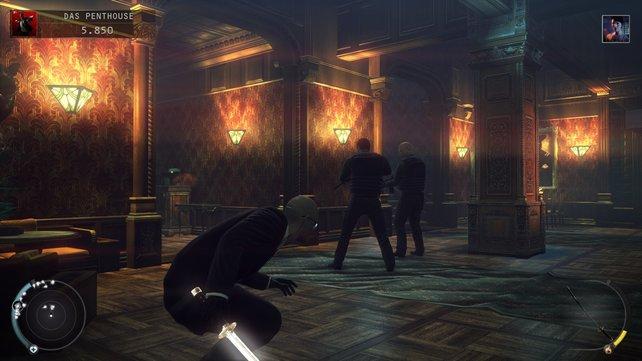 Hinter den beiden Herren links die Treppe hoch und ihr kommt dorthin, wo ihr das Skelett fallen lassen könnt.