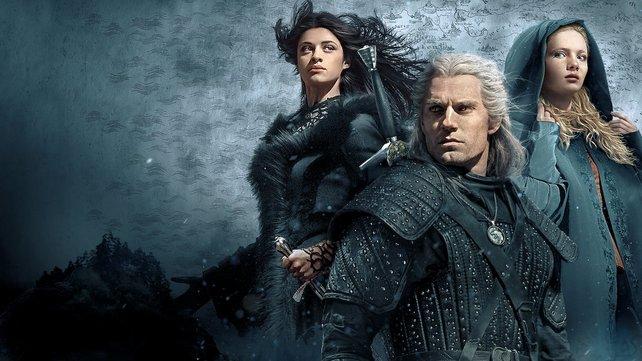 Henry Cavill (Mitte) mimt in der Serie den Protagonisten Geralt von Riva.