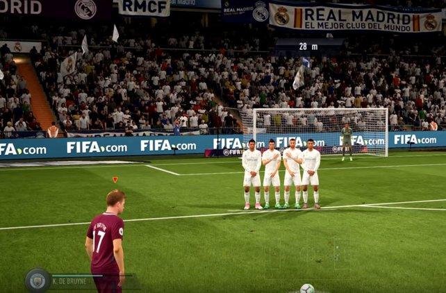 An so einer Mauer muss man erst einmal vorbeikommen. Mit den richtigen Freistößen bei FIFA 18 ist das aber kein Problem.