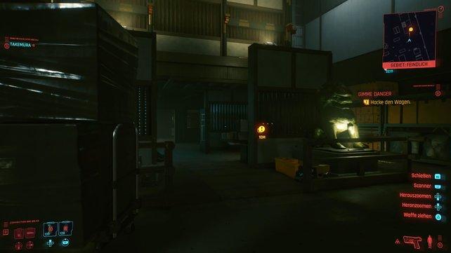 Der Paradewagen wartet vor der Rückwand der Lagerhalle. Um diesen zu erreichen müsst ihr an vielen Kameras und Wachen vorbei.