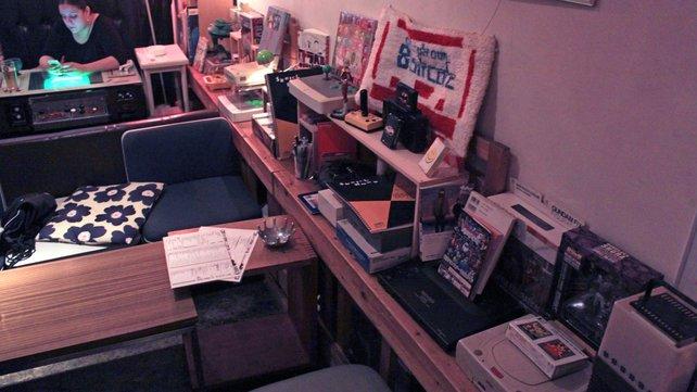 Das 8 Bit Café wirkt wie die chaotische Sammlung eines Spieleliebhabers.