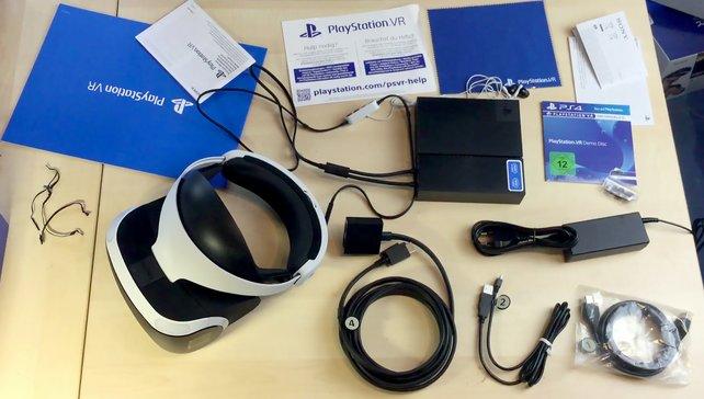 Zur VR-Brille gibt's auch massig Kabel und Anleitungen sowie eine Steuerzentrale (das schwarze Kästchen.)