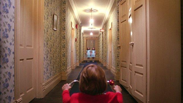 Mit seiner einzigartigen Ästhetik erzeugt The Shining eine ganz andere Art von Horror als das Buch. (Quelle: Warner Home Video)