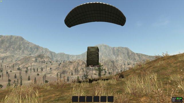 Ein Airdrop, welcher kurz davor ist, auf dem Boden zu landen.