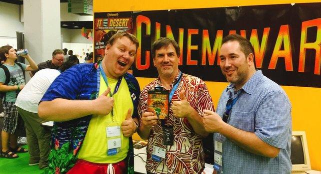 """""""Monkey Island""""-Legende Ron Gilbert (Mitte) besuchte auf der Gamescom 2015 den Stand von Cinemaware-Produzent Sven Vössing (links)."""