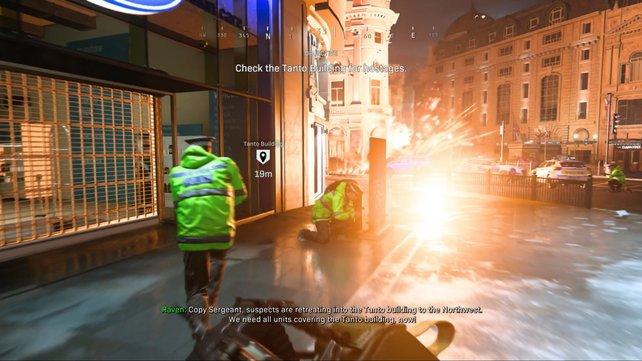 Wenn in London eine Autobombe explodiert, wisst selbst ihr als Soldat euch anfangs kaum zu helfen. Eine realistische Darstellung, die ein mulmiges Gefühl erzeugt.
