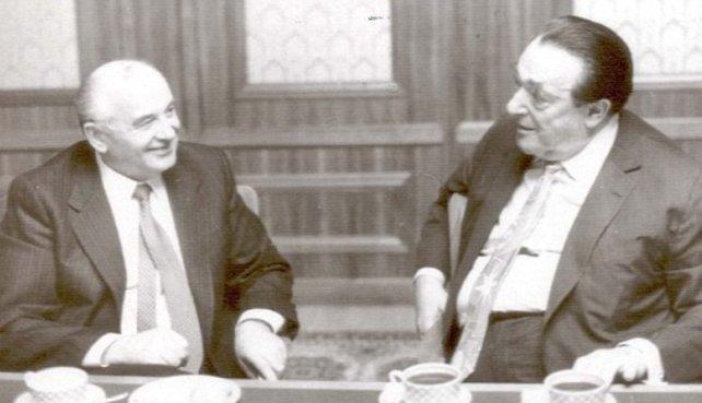 Gerade noch hat Gorbatschow (links) den reichen Briten Maxwell beruhigt, doch dann becirct ihn die Elorg