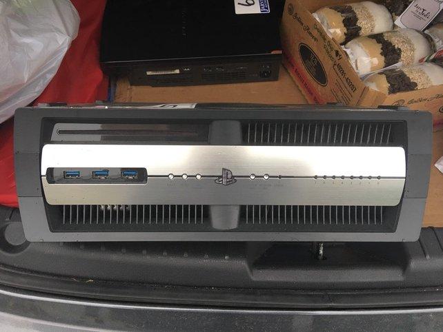Deutlich wuchtiger und ein wenig anders aussehend: Die Entwicklerkonsole der PlayStation 4