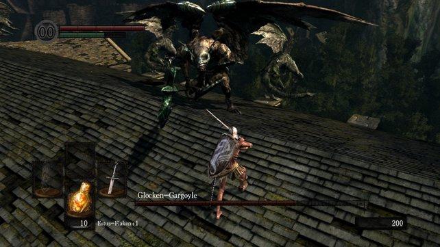 Wenn ihr den ersten Gargoyle so schnell wie möglich ausschalten wollt, dann weicht seinen langsamen Angriffen aus und greift ihn von hinten an, wenn er ins Leere gehauen hat. Die Waffe sollte man mit Goldharz behandeln und beidhändig führen.
