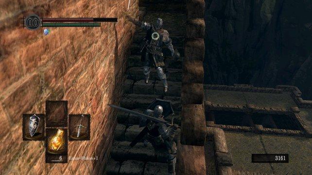 Einer der Wege auf dem Dach führt zu einer Leiter nach unten und zu einem kleinen Turm. Besiegt den Kämpfer auf den Stufen und ihr bekommt Ricards Degen.