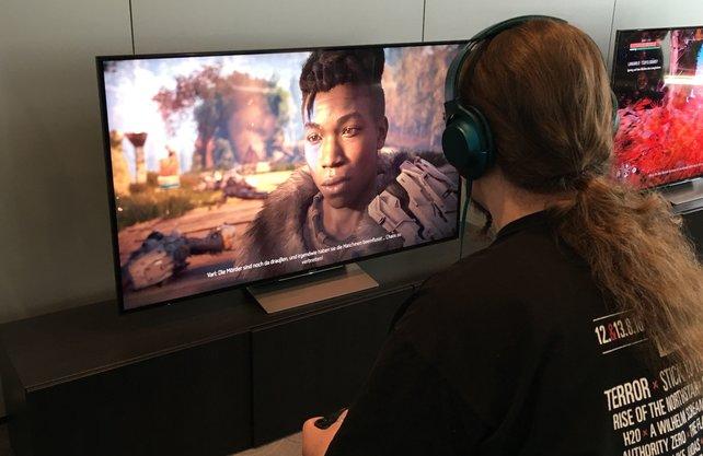 Onkel Jo mit Horizon - Zero Dawn an PS4 Pro und 4K-Fernseher.