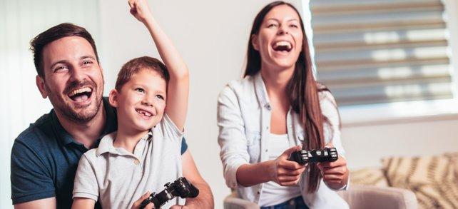 Eine Familie sitzt gemeinsam vor der Konsole und spielt: So sollte es sein.
