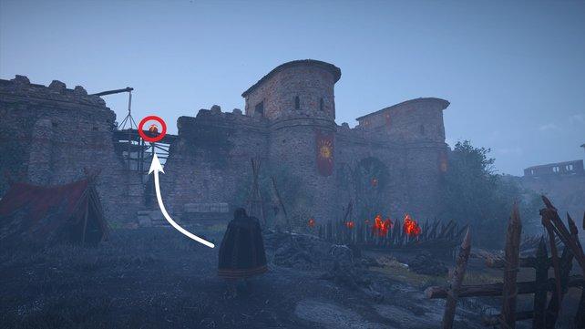Klettert bei den Mauern von Paris links am beschäfigten Abschnitt hoch und erledigt hier die Wache.