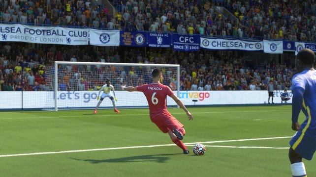 Schüsse und Flanken fühlen sich in FIFA 22 knackig an. Viele Schüsse lassen sich sogar zu gut platzieren, was die Offensive übermächtig macht.