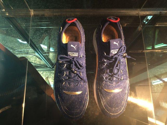Das Fußbett der Schuhe ist golden