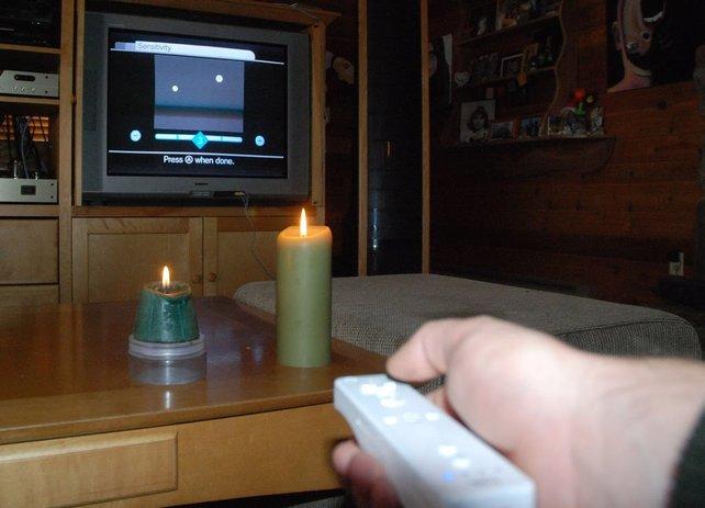 Die Sensorleiste vorm Fernseher ist nur deshalb nötig, weil sie Infrarotlicht emittiert. Das tun Kerzen aber auch. Zwei davon funktionieren deshalb genauso gut, damit die Wii mit ihrem Controller kommunizieren kann.