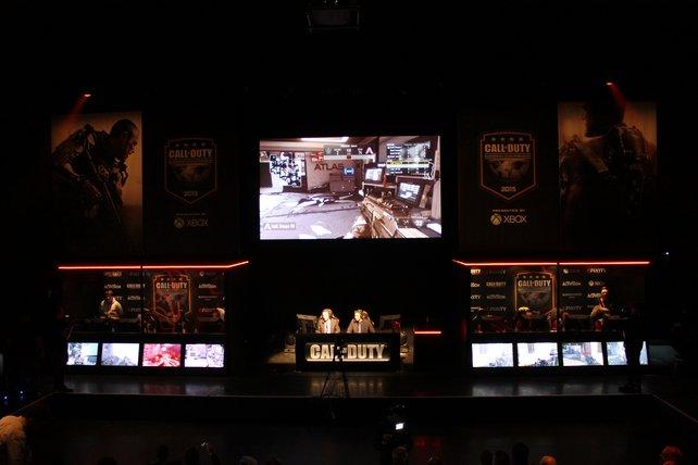 Die Spiele werden für die Zuschauer auf einem riesigen Bildschirm übertragen.