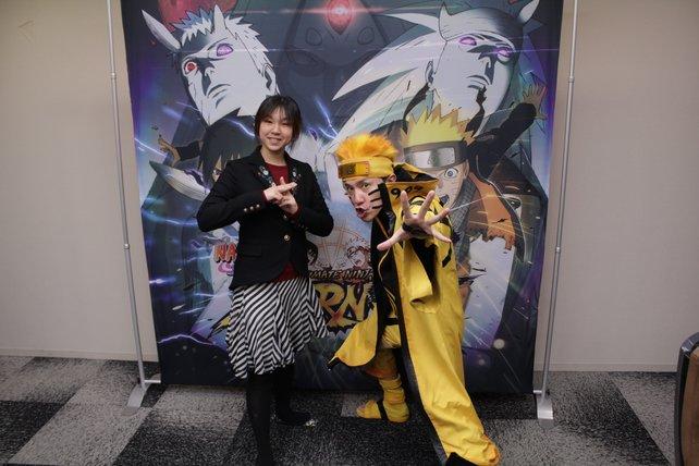 Produzentin Miho Nakagawa und Entwicklungsleiter Hiroshi Matsuyama werfen sich für spieletipps in Pose.