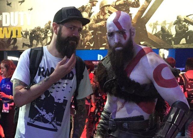Ein Bonus-Schnappschuss, den wir euch nicht vorenthalten können: Markus (links) und Kratos beim Austausch von Bartpflegetipps auf der E3 2017.