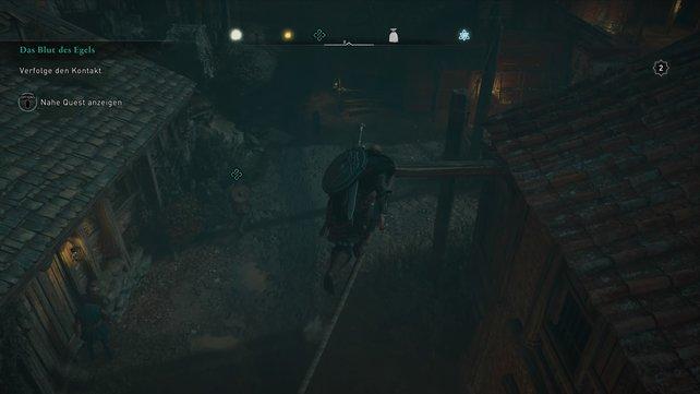 Um vom verdächtigen mann nicht entdeckt zu werden, müsst ihr ihm über die Dächer und Bäume folgen.