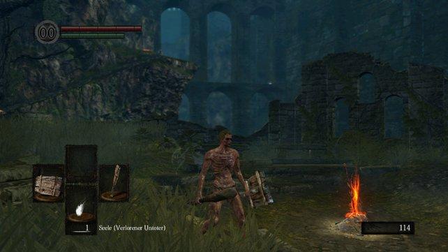 Der Feuerbandschrein ist gewissermaßen der Mittelpunkt der Welt von Dark Souls. Hier kommt ihr immer wieder vorbei, könnt mit den NPCs reden, Abkürzungen freilegen, am Leuchtfeuer rasten. Seht euch nach der Ankunft gut um und nehmt alles mit, was so herumliegt.