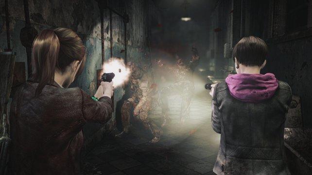 Während Moira die Gegner blendet, feuert Claire auf die Zombies.