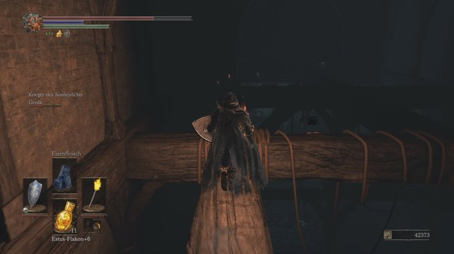 Im Hintergrund seht ihr die schwarzen Umrisse der Truhe. Lasst euch einfach herunterfallen!