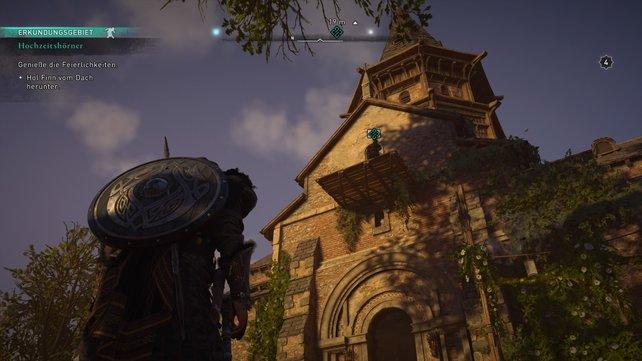 Ihr findet Finn auf dem Vordach der Kirche. Klettert hinauf, sprecht mit ihm und tragt ihn wieder herunter.