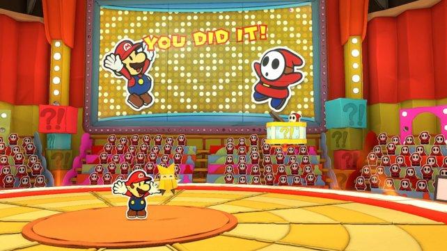 Mario lässt sich vom Publikum für seinen Sieg feiern. Die Quizshow ist jedoch noch nicht vorbei.