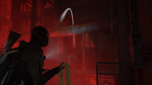 Erklimmt rechts die Leiter, nehmt das Seil und werft es über das Lüftungsrohr, um daran schwingen zu können.